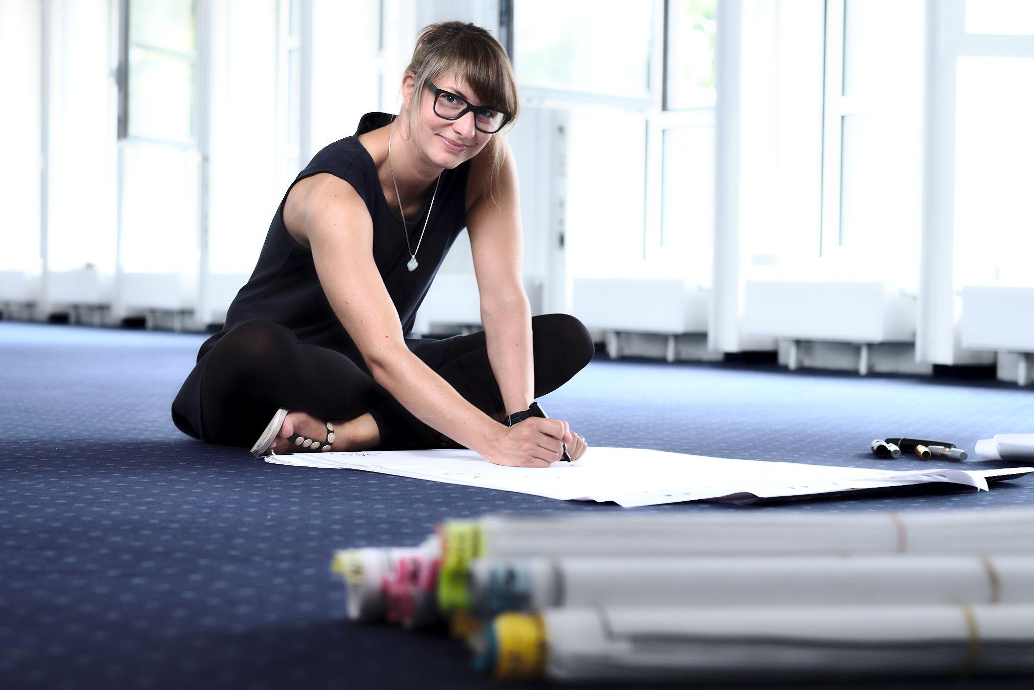 Tina beim Flipcharts malen